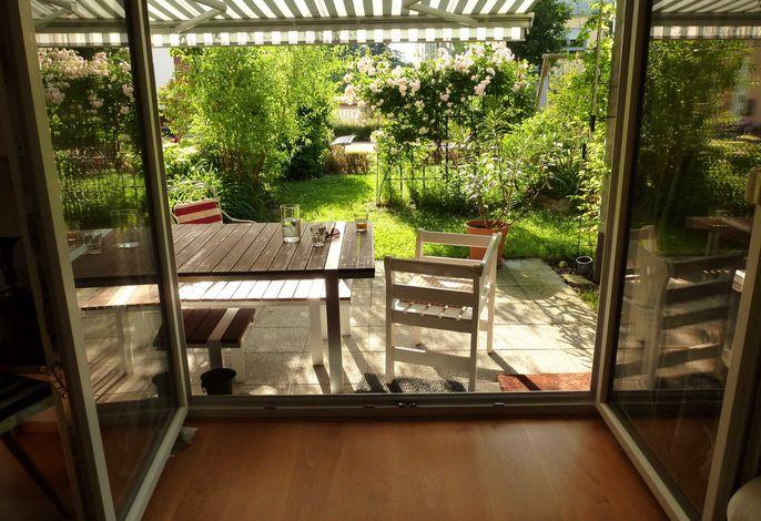 Blick aus dem Wohnzimmer auf die Gartenterasse
