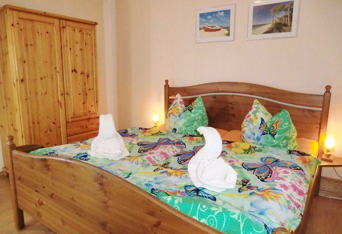 Schlafraum mit Doppelbett und Schrank