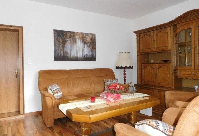 Wohnzimmer mit Couch uns Sessel