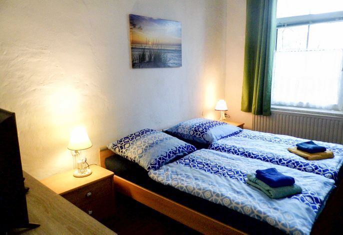 Schlafzimmer Doppelbett und TV