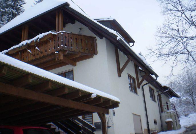 Außenansicht Winter Haus am Bach
