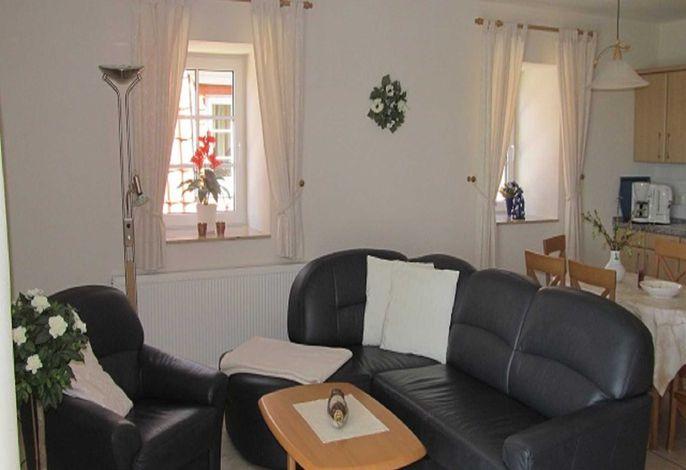 Blick ins Wohnzimmer auf die Sofaecke