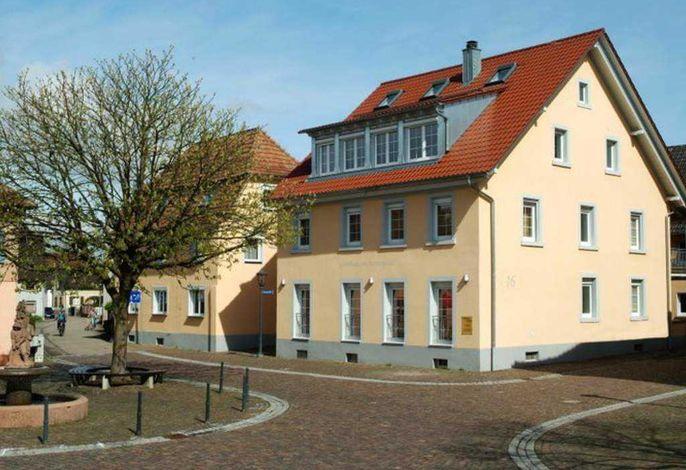 Gästehaus am Sonnenplatz (rechts), Klarahaus (links)