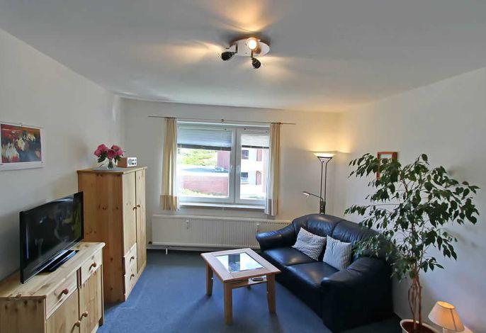 Wohnzimmer mit 2 Sitzer Couch, Tisch, Schrank u. Sideboard