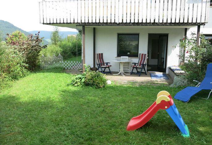 Terrasse mit Spiel- und Liegewiese