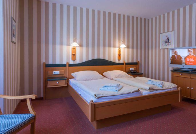 Das Doppelbett im DZ vom Typ PK in der Pension Maiglöckchen.