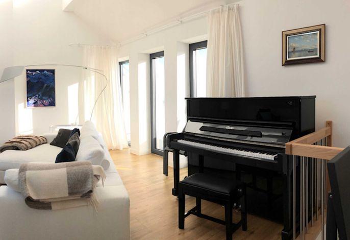 Klavier und Ausgang zur Dachterrasse