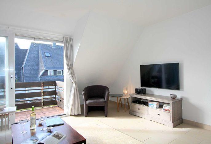 heller Wohnraum mit Südbalkon und Flachbild TV (49 Zoll)