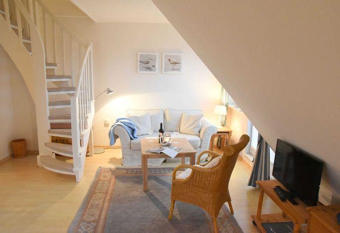 Heller und gemütlicher Wohnbereich mit Zugang ins Dachgeschoss