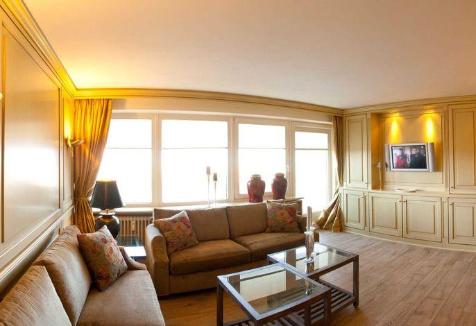 Heller und gemütlicher Wohnbereich mit Zugang auf den Balkon mit Meerblick
