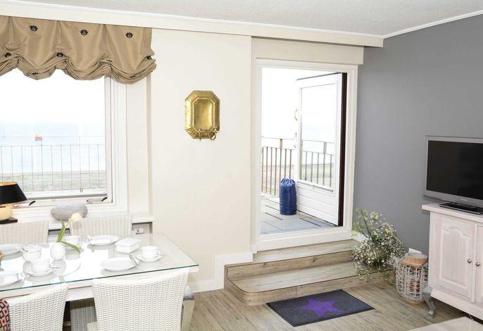 Helle und moderne Einrichtung im Wohnbereicht mit Zugang auf die Dachterrasse