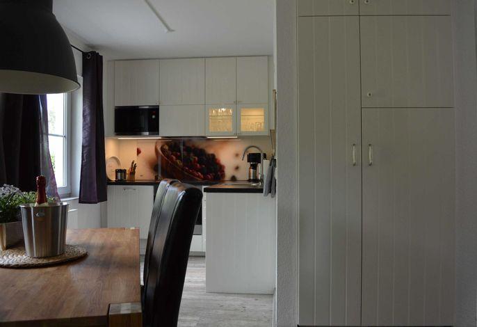 Voll ausgestattete Ikea-Küche mit großem Kühlschrank.