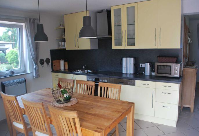 Top ausgestattete Ikea-Küche mit Ceranfeld, Backofen, Mikrowelle + Spülmaschine.