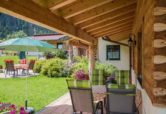 Terrasse überdacht mit Gartenmöbel