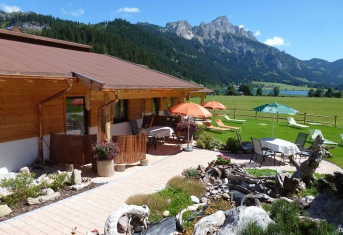 Das Almdorf Tirol mit Herrlichen Blick auf den Haldensee und Bergkulisse.