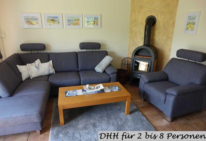 Wohnzimmer mit Kaminofen und Ausgang zur Terrasse