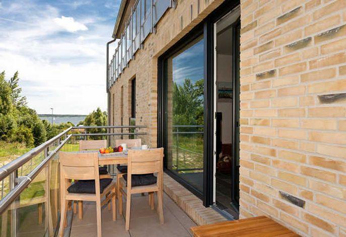 Terrasse mit seitlichem Seeblick