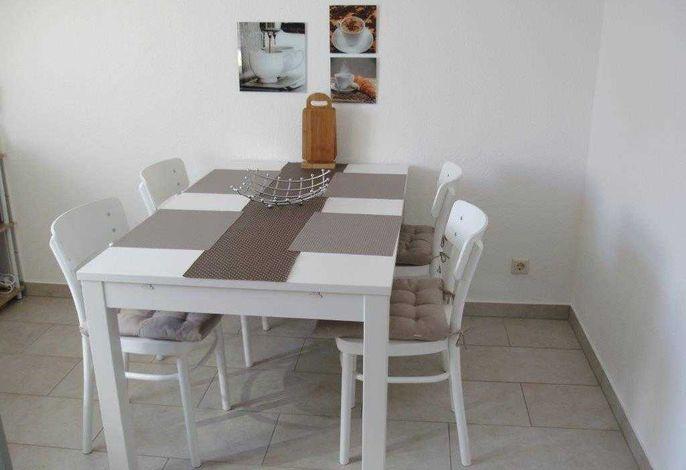 separate Küche mit Esstisch