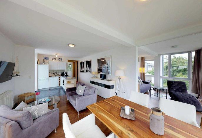 Wohnbereich mit Blick in die Küche