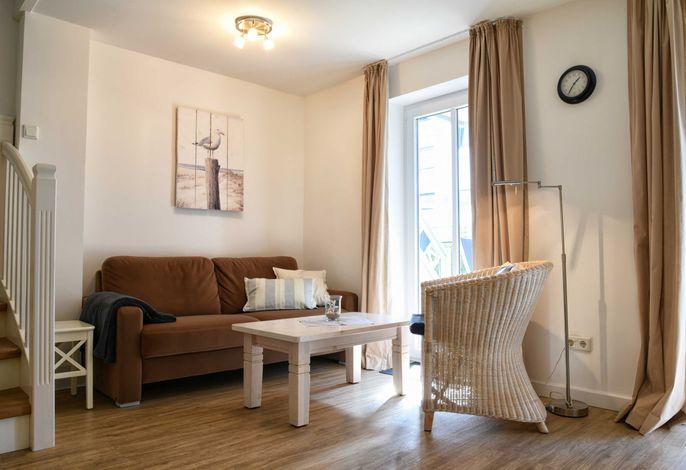 Der Wohnbereich ist hell und gemütlich eingerichtet.