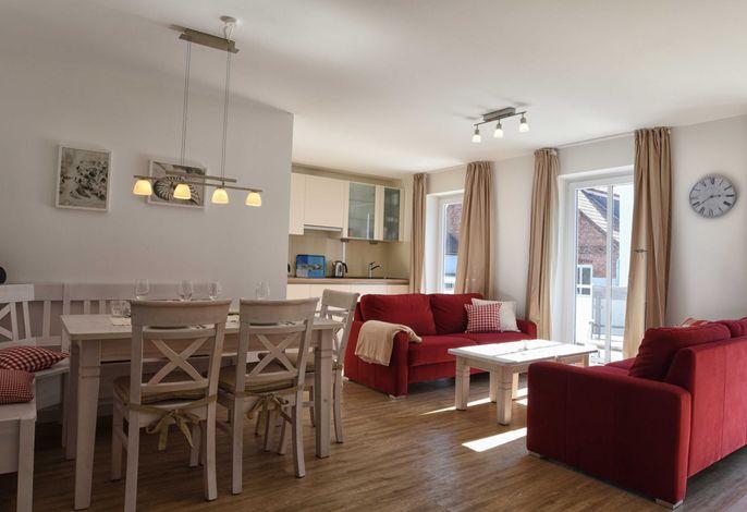 Der kombinierte Wohn-Essbereich ist hell und gemütlich eingerichtet. Von hier aus kommen Sie auch direkt auf den Südbalkon.