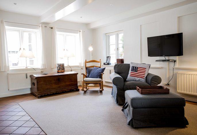 Der Wohnbereich ist sehr großzügig gehalten und mit geschmackvollen Möbeln ausgestattet.