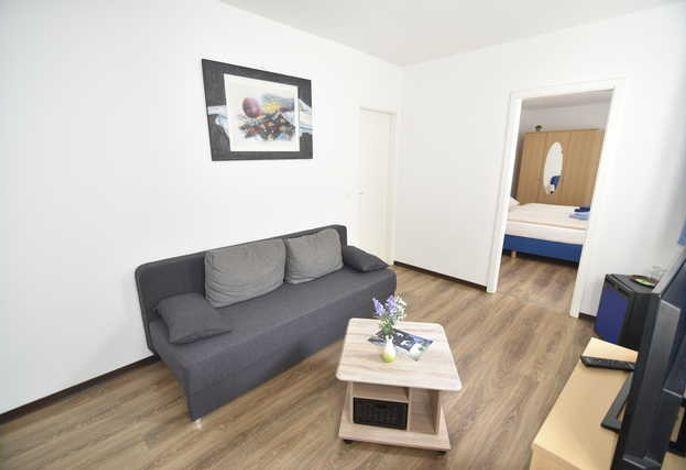 Wohnzimmer mit Schlafcouch für 3. Person