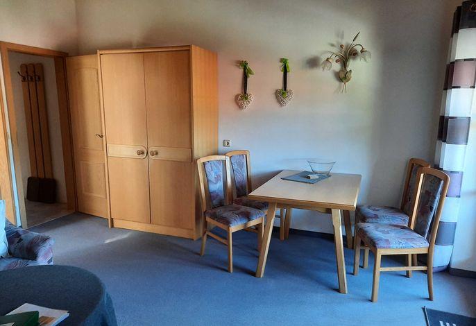 Wohnraum mit Essecke und TV