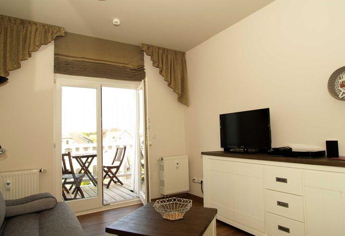 Der Wohnbereich mit Flachbild-TV und Sitzeck