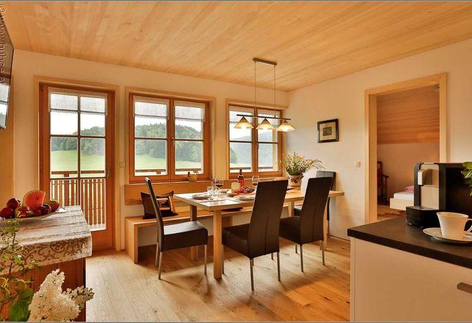 Großer Esstisch in Wohnküche
