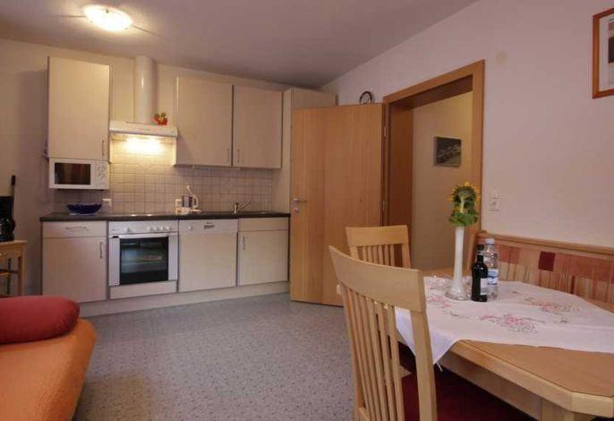 Wohnküche mit Küchenblock und Schlafcouch