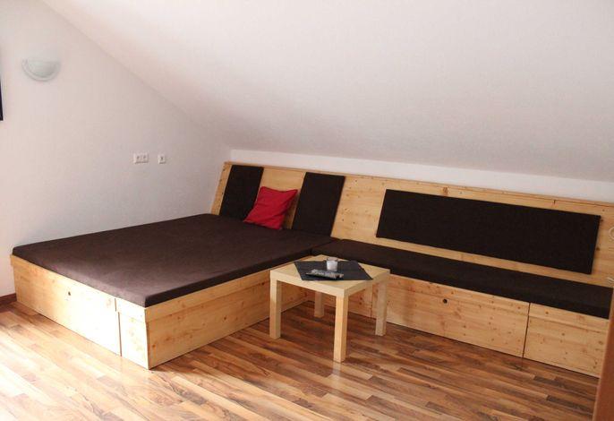 Sitz- und Liegelandschaft im Wohnzimmer, kann auf Wunsch als Schlafplatz für zwei weitere Personen gerichtet werden, damit die Wohnung von sechs Personen genutzt werden kann.