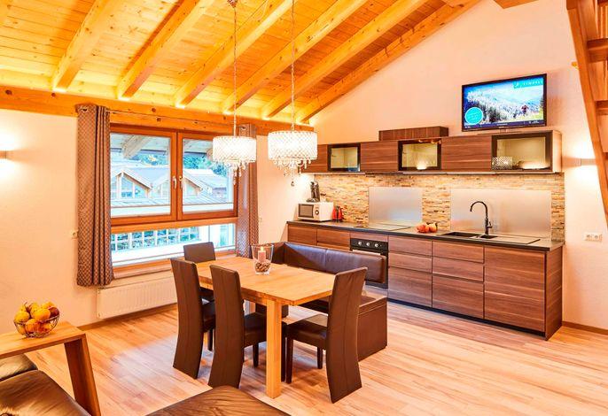 Küche mit Esstisch und Wohnraum