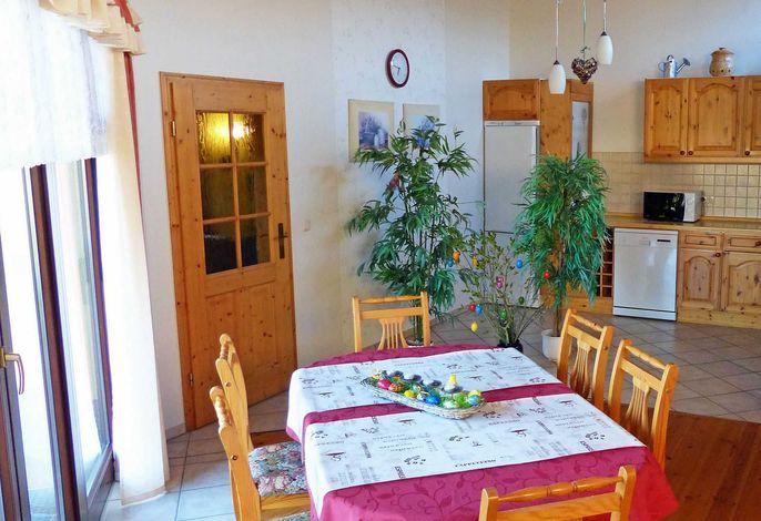 Blick vom Esstisch am Terrassenfenster in die Küche