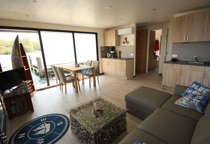 Wohnraum mit offener Küche und Essbereich