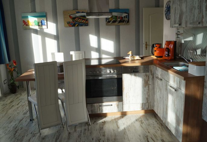 Wohnraum mit Küche und Esstisch