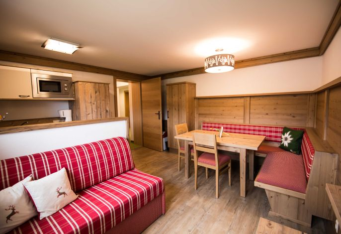 Küche mit Essbereich und Couch