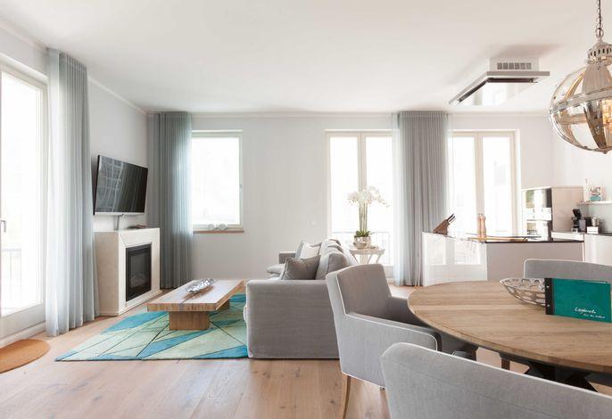 Lichtdurchfluteter Wohnbereich mit Elektro-Kamin