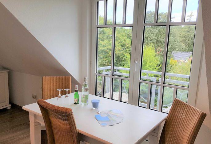 Esstisch mit Blick auf den englischen Balkon