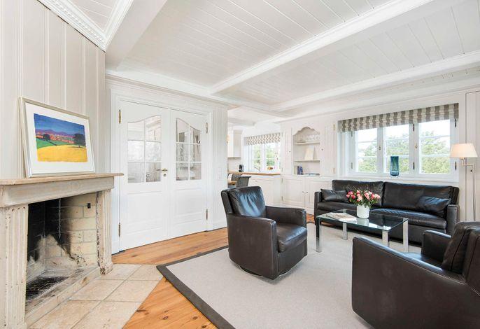 Wohnbereich mit TV und Kamin
