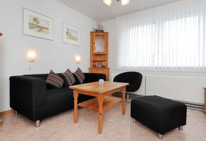 Wohnzimmer mit räumlich abgeteilter Küchennische