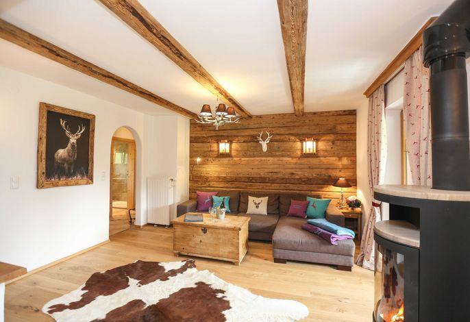 Rustikaler Wohnbereich mit Altholzeinbauten