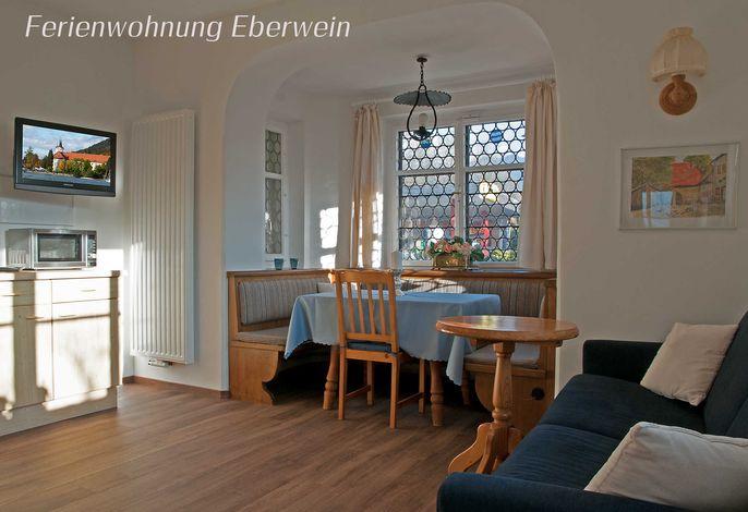 Ferienwohnung Eberwein - großzügiger Wohnraum mit Küche und Essecke