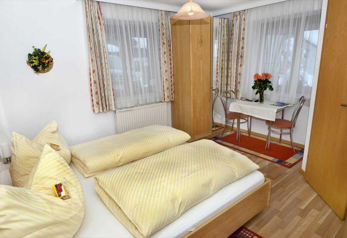 Doppelbettzimmer mit Gartenblick