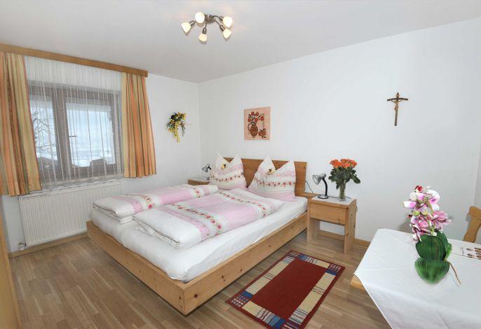 Zirbenzimmer mit Gartenblick, mit Zustellbett auch als Dreibettzimmer möglich