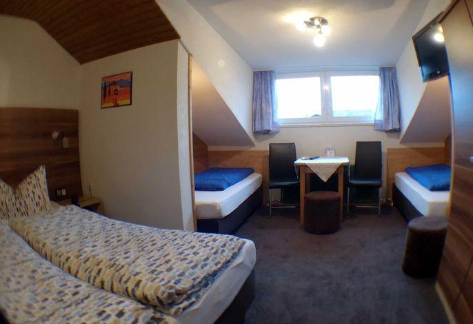 unser Vierbettzimmer mit Doppelbett und zwei Einzelbetten
