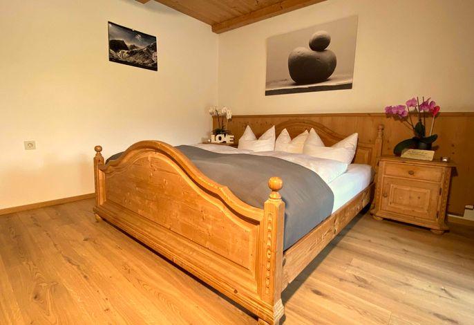 Doppelbettzimmer mit Bettwäsche - Ausgang zur Terrasse