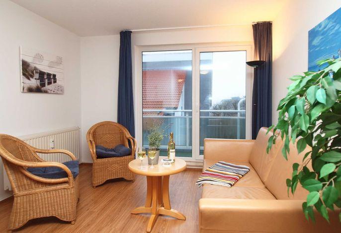 Wohnbereich mit Balkon und Flachbild-TV
