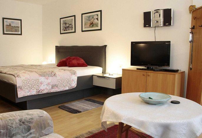TV und Doppelbett FeWo 3