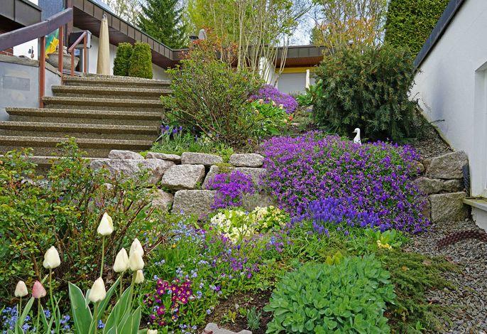 Frühlingsstimmung -Kleine Treppe führt zu den Ferienwohnungen 1-4